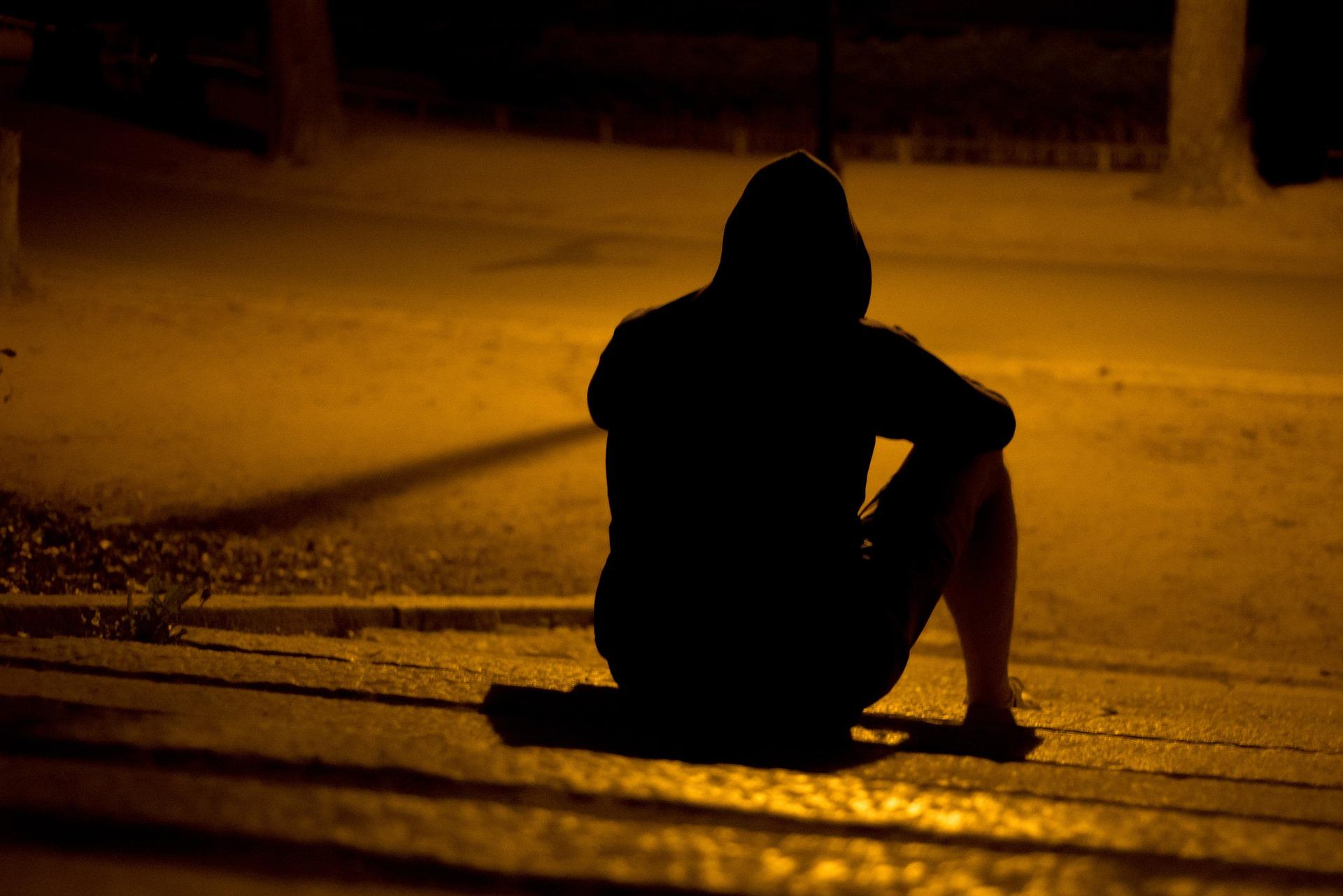 man isolated alone hombre solitario solo uomo isolato