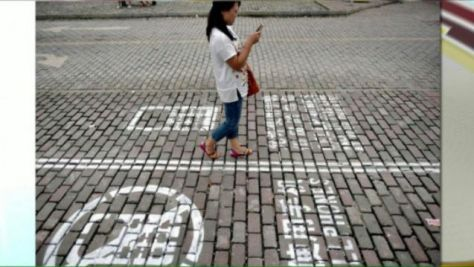 texting_smartphone_street_users_lanes (3)_s