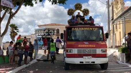 Imagem de São Gonçalo do Amarante segue em caminhão do Corpo de Bombeiros de Itapissuma para Itamaracá, no Grande Recife (Foto: Ronan Tardin/TV Globo)
