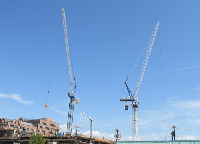 http://greendomus.com.br/wp-content/uploads/2015/05/construction-crane-388027_640.jpg