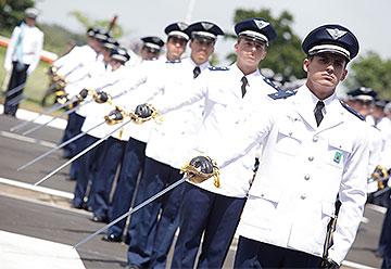 Cadetes da FAB exibem espadas em evento na Academia da Força Aérea, em Pirassununga (SP)