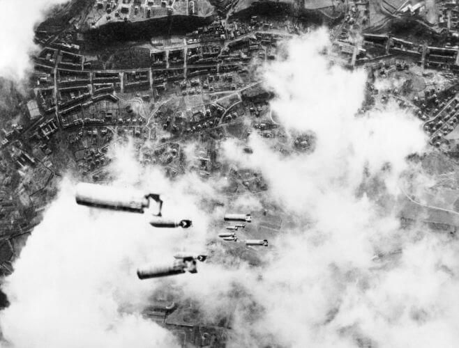 Bombardeio aliado sobre a cidade alemã de Dresden, em 1945.