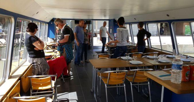 pont et salle à manger avec bar