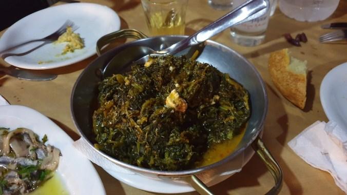 Horta vrasta tiganita : salade de feuilles cuites et poêlées, avec un peu de fèta