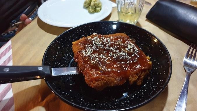 Saganaki : fromage de brebis frit et accompagné d'un confit d'oignon et de graines de sésame