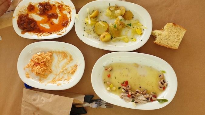 Mezzé : fèta au paprika (fromage de brebis), haricots mavromatika (oeil noir), oignons et poivrons sauce tomate, pommes de terres,