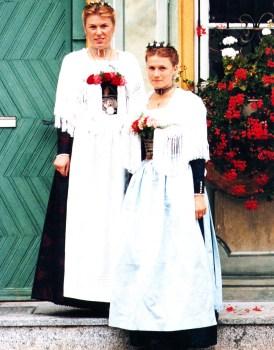 Jungfrauen in Festtagstracht