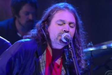 The War On Drugs - Holding On (Live @ The Late Show with Stephen Colbert)