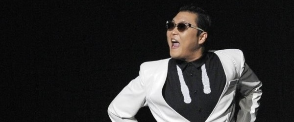 3dez2012-o-coreano-psy-autor-da-dancinha-que-virou-febre-no-mundo-todo-se-apresenta-em-los-angeles-em-show-promovido-por-uma-radio-que-reuniu-ainda-justin-bieber-e-keha-1354613344041_802x470