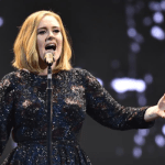 Adele é anunciada como headliner do Glastonbury 2016