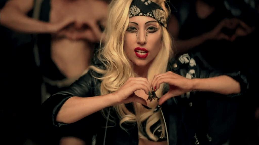 Lady Gaga fazendo coração com as mãos no clipe de Judas