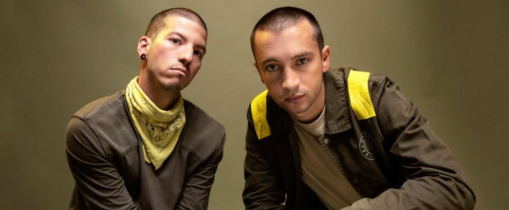 Os imagem apresenta os dois integrantes da banda Twenty One Pilots, Tyler Joseph e Josh Dun, em foto promocional do novo álbum. Ao fundo dos artistas está um fundo amarelo. Eles vestem camisetas marrons e detalhes nas roupas em amarelo.