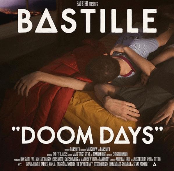 """Capa do àlbum novo do Bastille """"Doom Days"""", em que aparece duas pessoas deitadas em uma cama."""