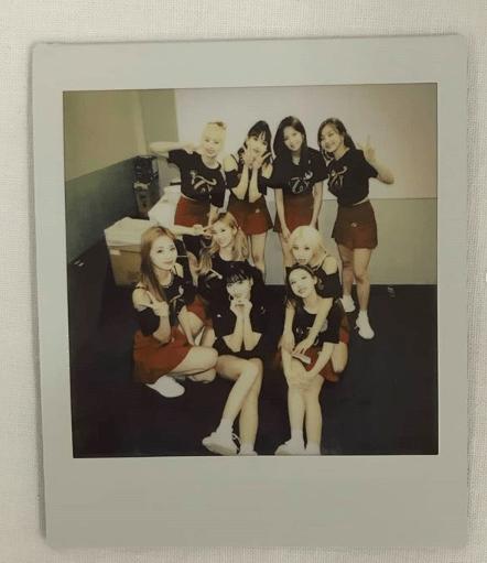Imagem de uma polaroid das integrantes do grupo de kpop TWICE