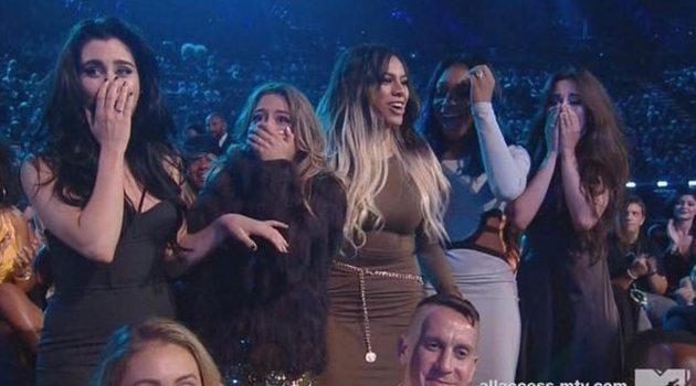 """FIfth Harmony ganhando o """"Artist To Watch"""" no VMA de 2014."""