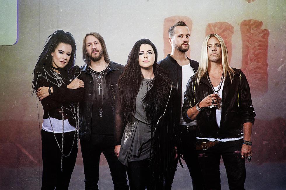 Grupo Evanescence, que canta o single Wasted On You, numa sessão de fotos com roupas pretas e brancas