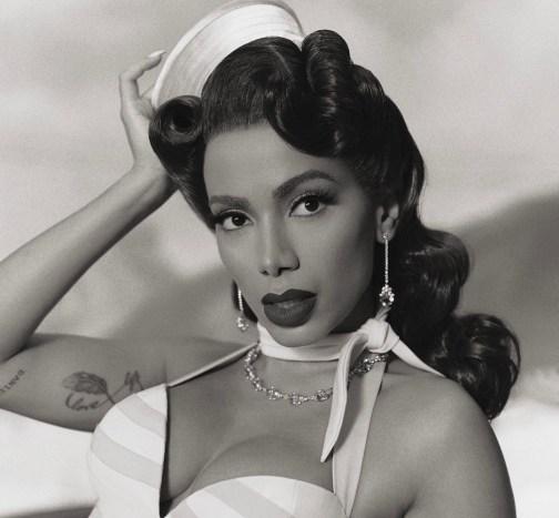 anitta para o álbum girl from rio. Na foto, a cantora aparece preta e branco usando vestido e uma boina.