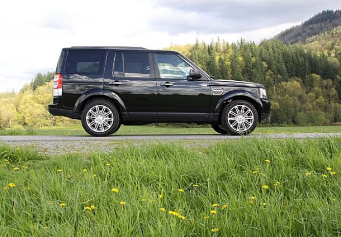 2011 Land Rover LR4 Review sideview