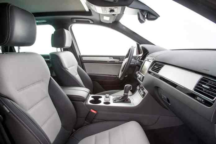 2017 Volkswagen Touareg Review front cabin seats