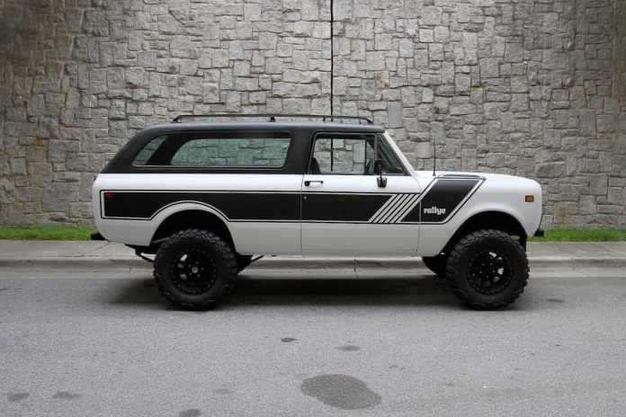 1976 INTERNATIONAL SCOUT TRAVELER sideview