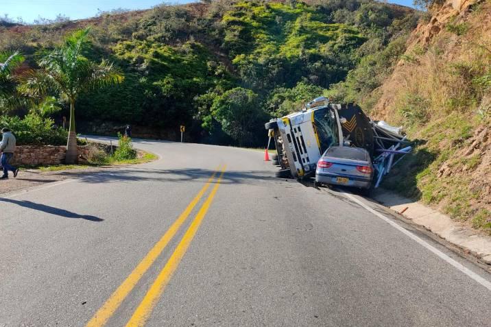 camión volcó sobre automóvil