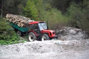 Épreuve d'agilité de tracteur en forêt