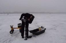 Une perceuse à glace qui se transforme en moteur à mini tracteur