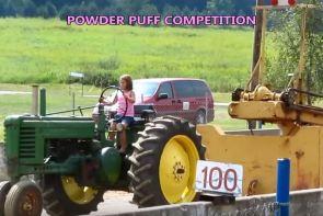 Une jeune fille participe a une compétition de tracteur pulling
