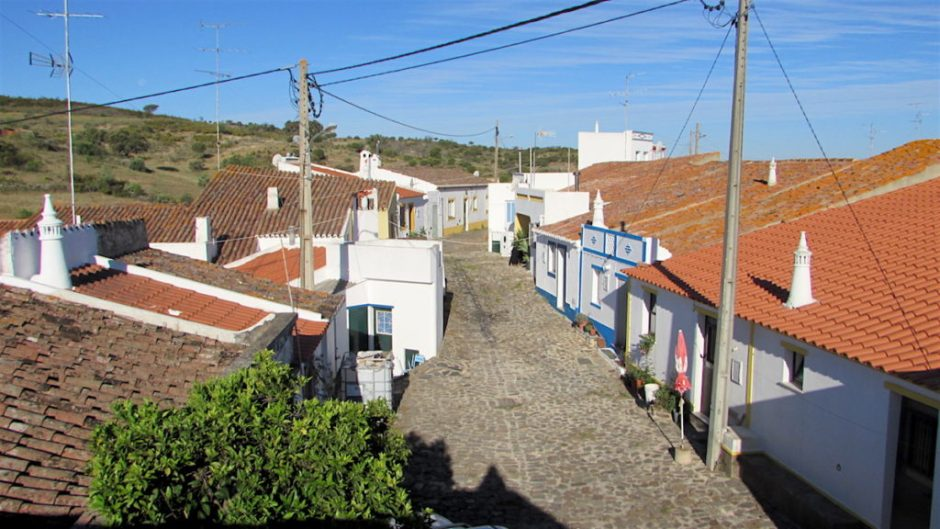 The sleepy inland village of Furnazinhas