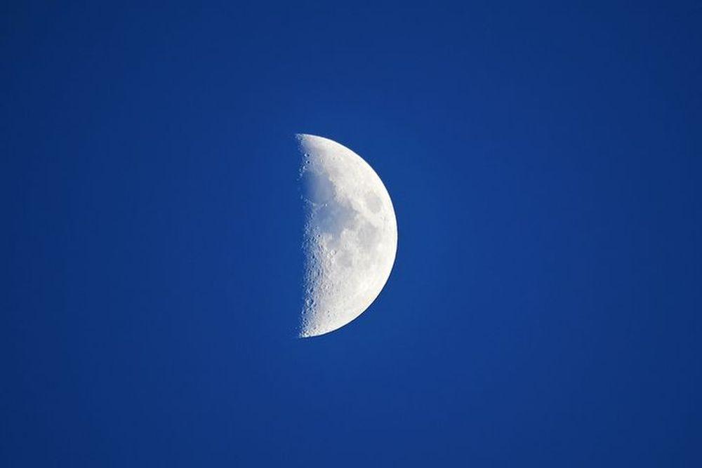 【図解】上弦の月と下弦の月の簡単な見分け方