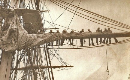 This image has an empty alt attribute; its file name is 13-1931CrewFurlingMainsail-1.jpg