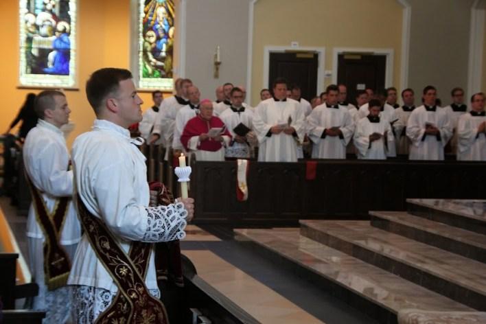 U pozadini se vidi msgr. Paul Loverde, biskup Arlingtona