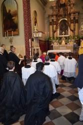 Kratka molitva u sredini oltara.