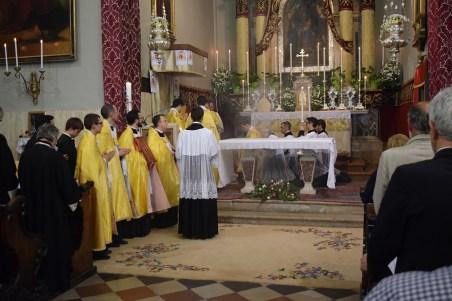 Procesija poklekne pred biskupom, koji dadne blagoslov đakonu.
