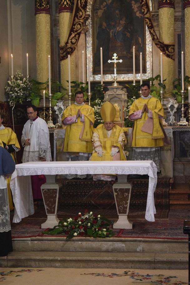 Biskup sjeda na faldistorij. Sada nosi zlatnu mitru.