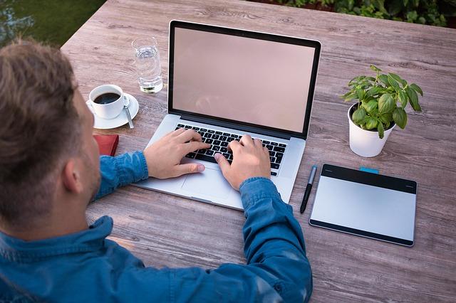 trader et blogueur avec approche artisanale