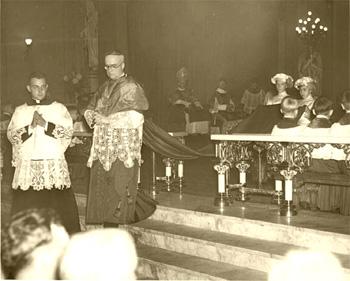 Obispo Shaughnessy decir una misa mayor en la década de 1930
