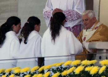 niñas en el altar