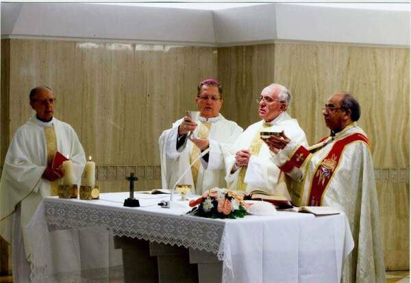 Obispo Fernando Rifan concelebra con el Papa Francisco