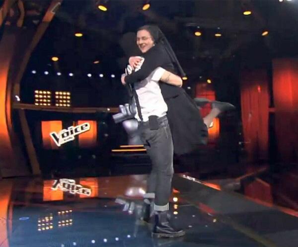 Suor Cristina abraza 1
