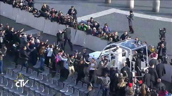 Multitudes abandonan Francisco 1