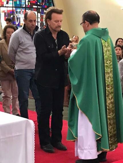 Bono recibe Comunión en Colombia
