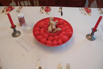 Tabella ha impostato per l'uovo rosso e zenzero partito