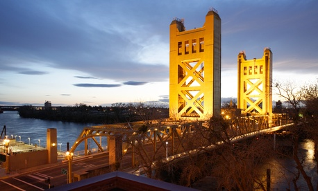 The Tower Bridge links Sacramento with West Sacramento. imging / Shutterstock.com