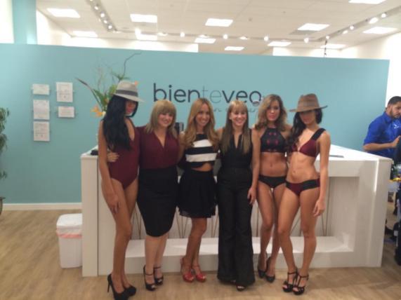 Modelos, la diseñadora de modas Lisa Thon, la conductora Alexandra Fuentes y Alexandra Escudero Thon, diseñadora y propietaria de Bienteveo en el Mar