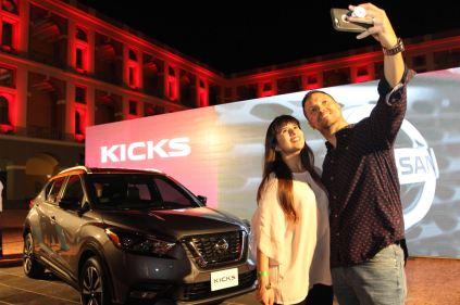 Pierina Rodríguez y Luis Ayala junto a Nissan Kicks