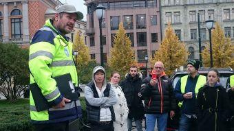 Tore Johannessen holder appell for engasjerte trafikklærere foran stortinget. Foto: Terje Moengen