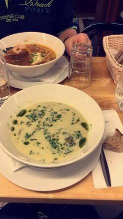 Papa: Fischsuppe & ich: Zucchini-/Brokkoli-Rahmsuppe. Superlecker!