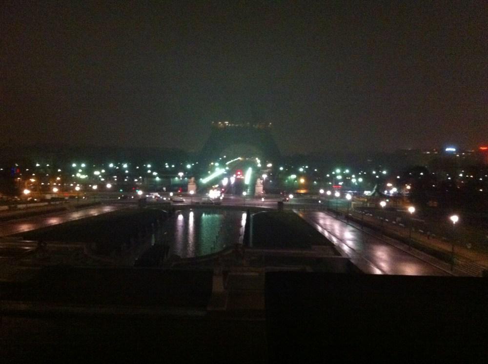 La Tour Eiffel, la tête dans le brouillard