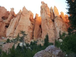 picture of towering red cliffs along bryce 100 course